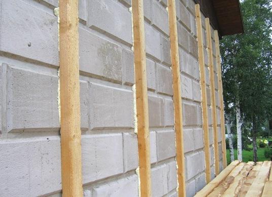 Деревянные планки прикреплены на монтажную пену