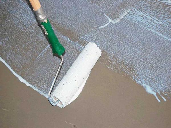 Грунтовка улучшает сцепление поверхности с наносимым на нее материалом