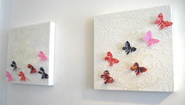 Оформление стены плиткой и бумажными бабочками