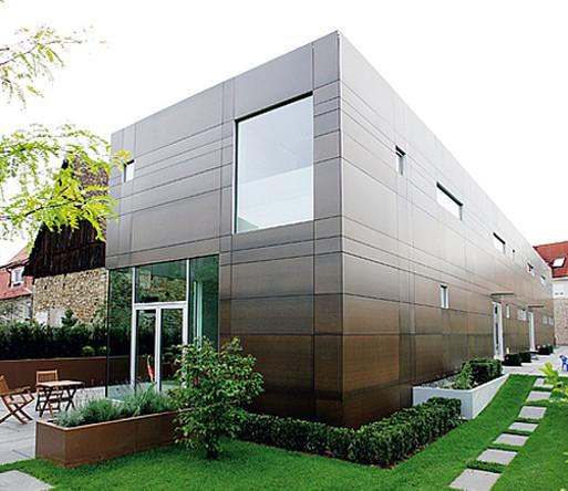 Фасад дома, обшитый HPL панелями