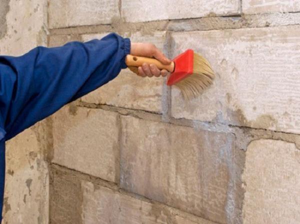 Перед отштукатуриванием газобетонную стену необходимо прогрунтовать