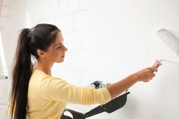 Перед нанесением финишного слоя шпаклевки стену можно прогрунтовать - это уменьшит расход смеси