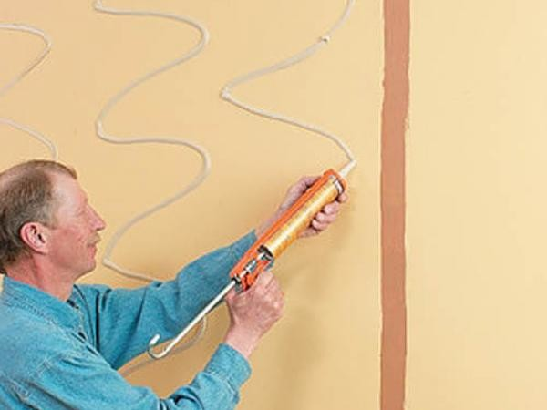 На голую ровную стену панели ПВХ закрепляют с помощью жидких гвоздей