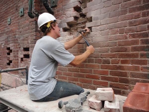 Ремонт поврежденной кирпичной стены