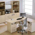 Преимущества офисных столов с тумбой